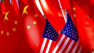 Kínai és amerikai zászlók Pekingben (illusztráció, 2018)