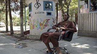 مقاتل من طالبان جالس في فناء  المعهد الوطني الأفغاني للموسيقى في كابول - 14 سبتمبر 2021