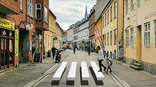 Aarhus'ta 3 boyutlu yaya geçitleriyle yayalara yol vermeyen taşıtların yavaşlatılması amaçlanıyor.