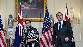 بلينكين أثناء استقباله وزيرة الخارجية الأسترالية ماريز باين