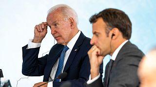 الرئيس الفرنسي ماكرون ونظيره الأمريكي بايدن