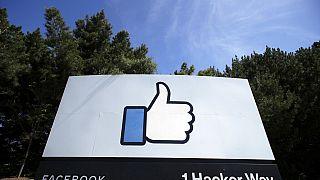 Plakat mit dem Like-Logo von Facebook vor den Firmensitz in Menlo Park, Kalifornien, 14.04.2020