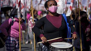 Una manifestante toca el tambor durante la protesta en Buenos Aires