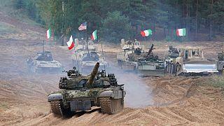 Tanques de Polónia, Itália, Canadá e Estados Unidos em exercícios na Letónia