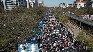 Exigências de mais emprego e melhores condições sociais nas ruas de Buenos Aires