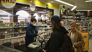 Un cajero trabajando en un supermercado en España