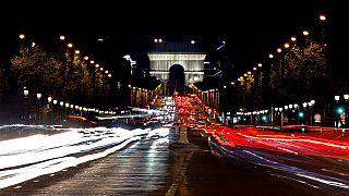 قوس النصر في باريس، ملفوف بنسيج أزرق فضي، كما صممه الفنان الراحل كريستو- 16 سبتمبر 2021
