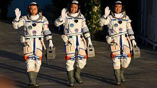 عکس آرشیوی از اعزام سه فضانورد چینی به فضا