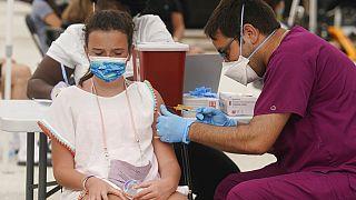 ABD'de 12 yaşındaki Francesca Anacleto'ya Pfizer/BioNTech aşısı yapılırken