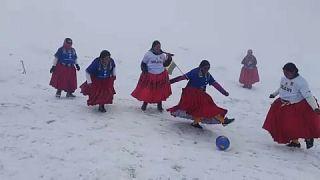 Carlos Mamani/ AP Las cholitas escaladoras en un momento del partido