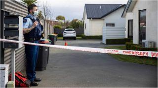 ضابط شرطة أمام منزل شهد مقتل ثلاث طفلات في بلدة تيمارو الجنوبية بنيوزيلندا