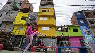 Una niña juega en Paraisópolis