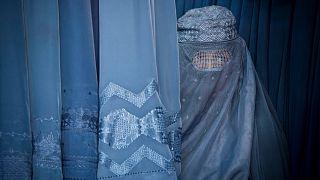 Burka giyen bir Afgan kadın (arşiv)