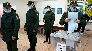 Katonák állnak sorban a szavazófülkében Szentpéterváron