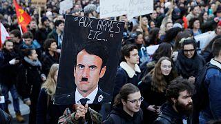 عکس امانوئل ماکرون در شمایل هیتلر در یکی از تظاهرات جلیقه زردها
