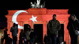 Berlin'de Brandenburg Kapısı'na yansıtılan Türk bayrağı