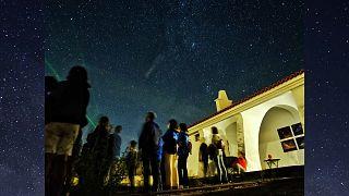 Varias personas observan el cielo en el Observatorio Astronómico de Alqueva, Portugal