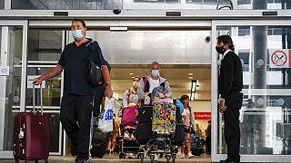 Viajeros llegan al aeropuerto de Gatwick, Londres