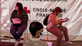 Második oltásra várnak egy franciaországi oltóponton