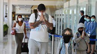 أشخاص يصلون إلى مطار أبوظبي
