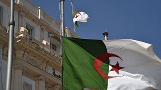 Algerische Flagge auf Halbmast
