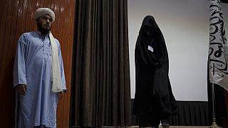 Une femme entièrement voilée à Kaboul le 11 septembre 2021