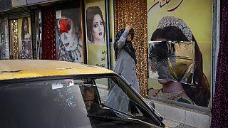 Αφίσες σε δρόμο της Καμπούλ με καλυμμένα τα γυναικεία πρόσωπα