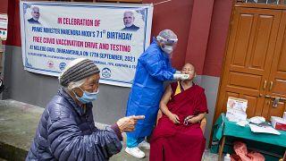امرأة تتلقى لقاحا مضادا لكوفيد-19 ضمن حملة التطعيم الاستثنائية التي شهدتها الهند الجمعة 17 أيلول 2021 في عيد ميلاد رئيس الوزراء ناريندرا مودي، وأُعطي فيها 25 مليون جرعة