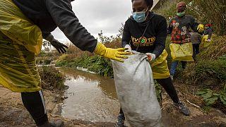Des volontaires nettoient la rivière Juskei à Johannesburg le 18 septembre 2021