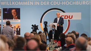 زعيم الاتحاد الديمقراطي المسيحي والمرشح للمستشارية أرمين لاشيت يلقي كلمة في اجتماع انتخابي في ديلبروك شتاينهورست، غرب ألمانيا، في 18 أيلول/ سبتمبر 2021