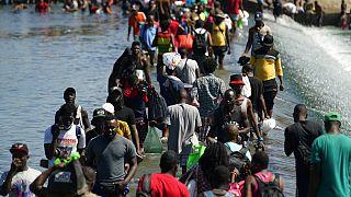 Des exilés haïtiens arrivant à Del Rio (Texas) aux États-Unis, vendredi 17 septembre 2021.