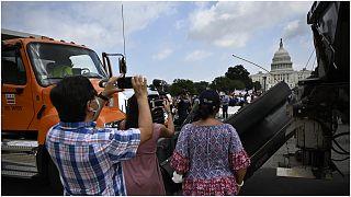 أنصار مقتحمي الكابيتول يتظاهرون