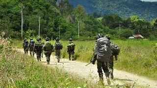 Indonesische Soldaten auf der Suche nach Mitgliedern des Islamischen Staates