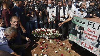 Des Algériens déposent des fleurs sur la tombe de l'ex-président Abdelaziz Bouteflika - Alger (Algérie), le 19/09/2021