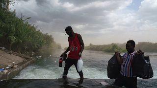 شاهد: كيف يعيش المهاجرون الهايتيون العالقون عند الحدود الأمريكية المكسيكية