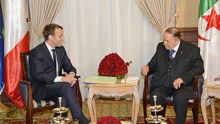الرئيس الفرنسي إيمانويل ماكرون والرئيس الجزائري السابق عبد العزيز بوتفليقة