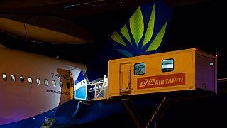 Des patients Covid-19 à l'aéroport de Papeete le 17 septembre 2021