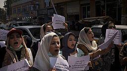Una protesta de mujeres reclama su derecho a la educación y al empleo en Afganistán