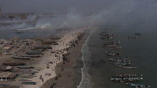 شاهد: شباب سنغاليون يحيون يوم التنظيف العالمي في شاطئ رملي قرب داكار