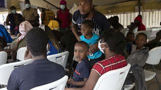 پناهجویان اخراج شده از ایالات متحده در فرودگاهی در پایتخت هائیتی