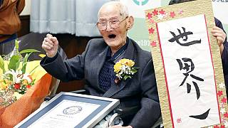 112 yaşındaki Japon Chitetsu Watanabe, dünyanın yaşayan en yaşlı erkeği olarak Guinness Dünya Rekorlar kitabına kaydedildi. 12 Şubat 2020