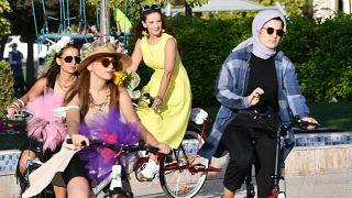 """Gaziantep'te bisiklet kullanımını yaygınlaştırmak ve farkındalık oluşturmak amacıyla """"Süslü Kadınlar Bisiklet Turu"""" düzenlendi."""