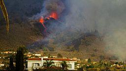 Les coulées de lave du volcan en éruption aux Canaries, menace pour les côtes touristiques