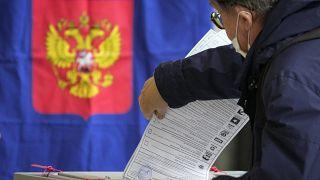 مواطن روسي يدلي بصوته في سانت بطرسبرغ في الانتخابات التشريعية