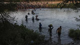 Migrantes cruzan el Río Grande desde Del Río, Texas, hasta Ciudad Acuña, México, el domingo 19 de septiembre de 2021