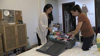 يتدافع المغتربون اللبنانيون في الإمارات الثرية لشحن السلع الأساسية والأدوية إلى العائلة والأصدقاء في بلدهم الأصلي الذي مزقته الأزمة.