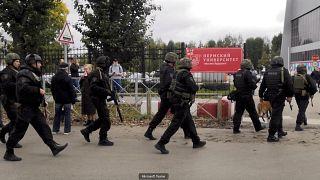 عدد من أفراد الشرطة الروسية في محيط حرم جامعة بيرم بمدينة بيرم الروسية. 20/09/2021