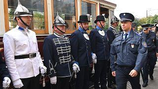 Régi egyenruhákba öltözött rendőrök a Széll Kálmán téren