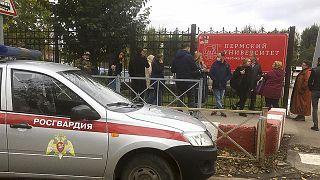 Imagen de la entrada de la universidad momentos después del tiroteo.
