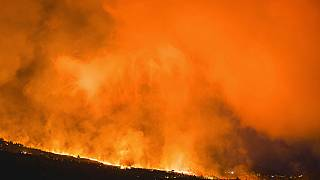 La lava fluye cerca de El Paso, en la isla de La Palma